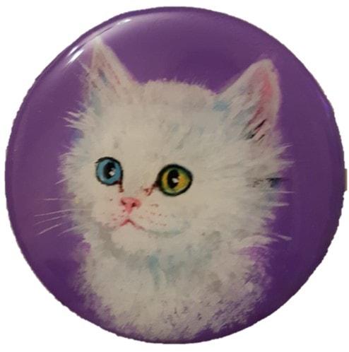 מגנט עגול רקע סגול חתול לבן, עיניים הטרוכרומיות